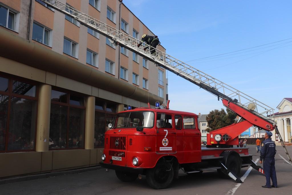 На Волині рятувальники провели навчання з ліквідації умовної пожежі в готелі. ФОТО