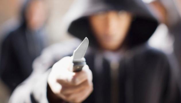 У Парижі чоловік напав із ножем на поліцейських