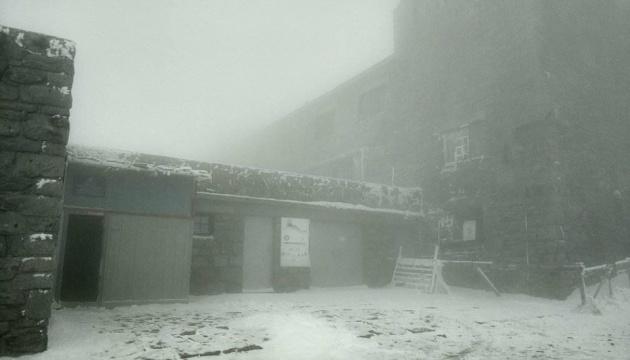 Карпати засніжило й накрило туманом. ВІДЕО
