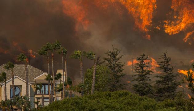 Через масштабні пожежі у Каліфорнії оголосили «червоний рівень» небезпеки