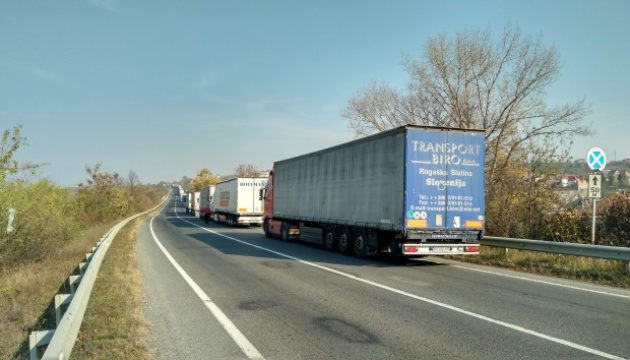 На виїзд з України на кордоні черга понад 10 кілометрів