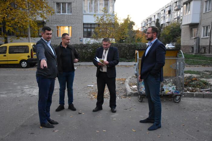 У Луцьку біля одного з будинків хочуть встановити підземні контейнери для збору сміття. ФОТО