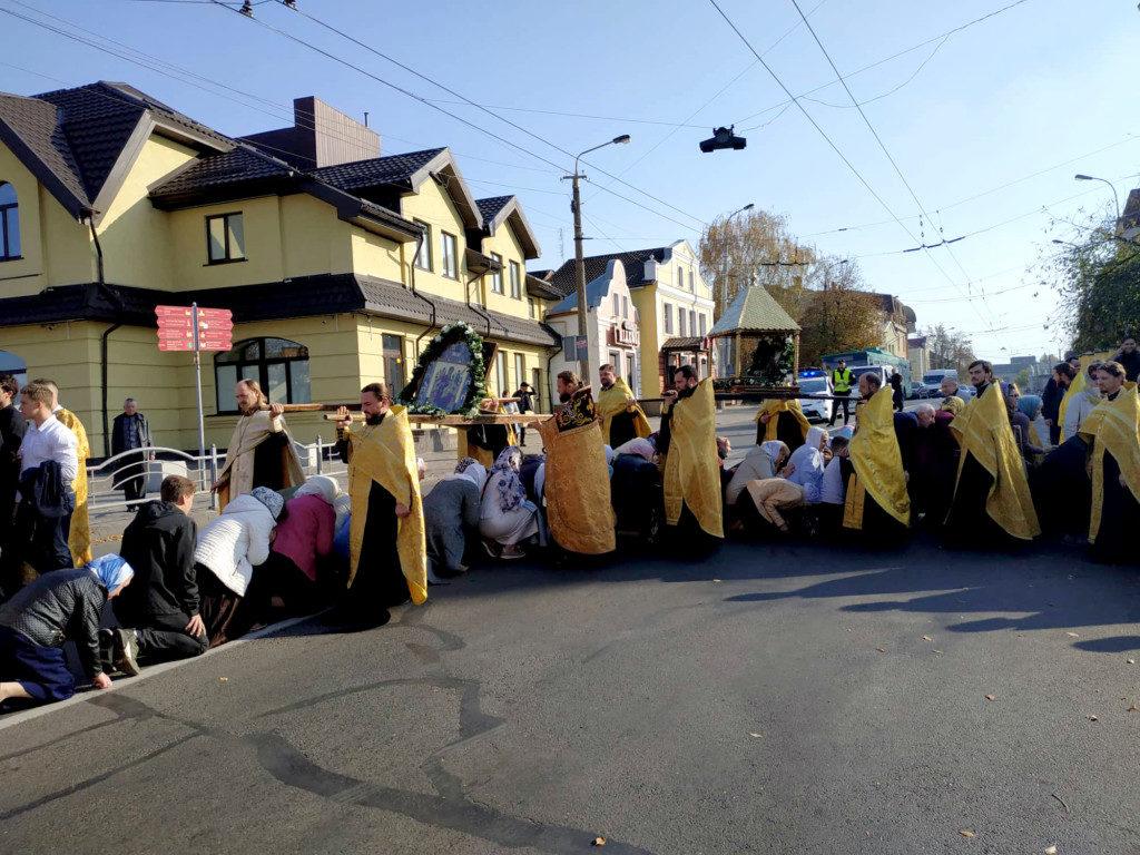 Віряни УПЦ МП пройшли у Луцьку Хресною ходою. ФОТО