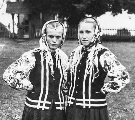 Волинянам показали, як виглядали сільські модниці