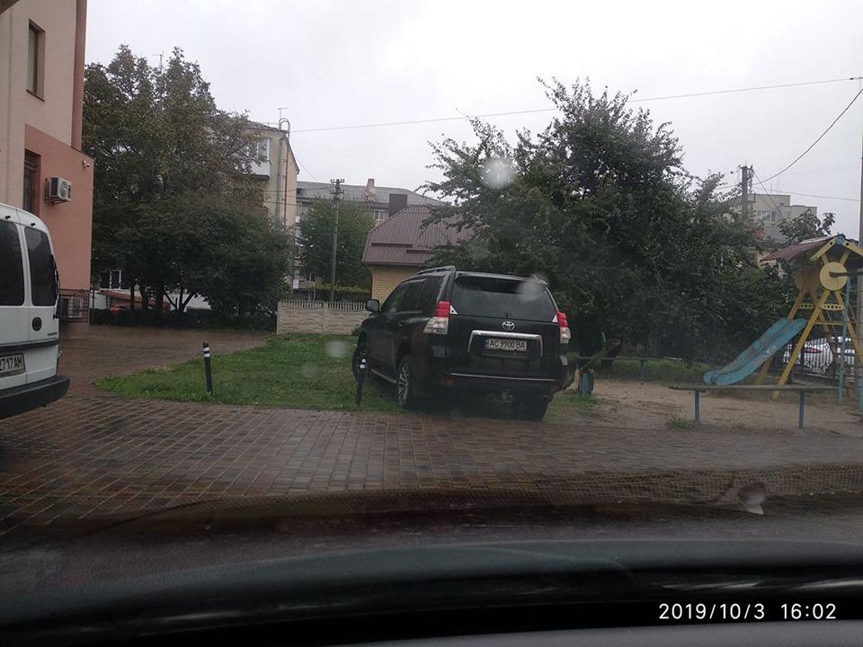 У Луцьку «автохам» припаркувався на території дитячого майданчика