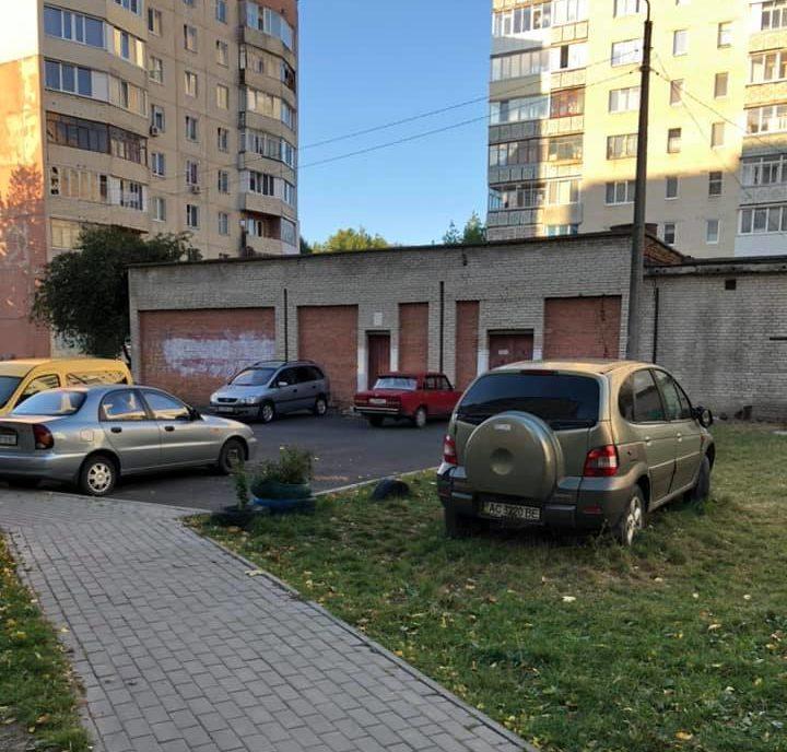 У Луцьку автомобіль припаркований на зелених насадженнях вже не один рік