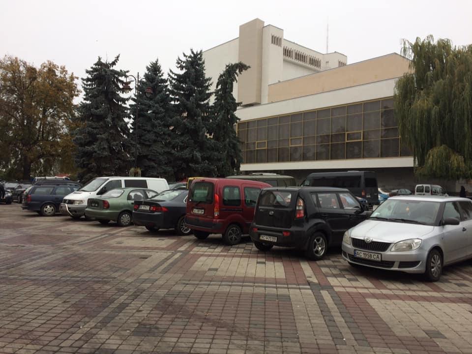 Поліщук пояснив, чого на Театральному майдані багато машин
