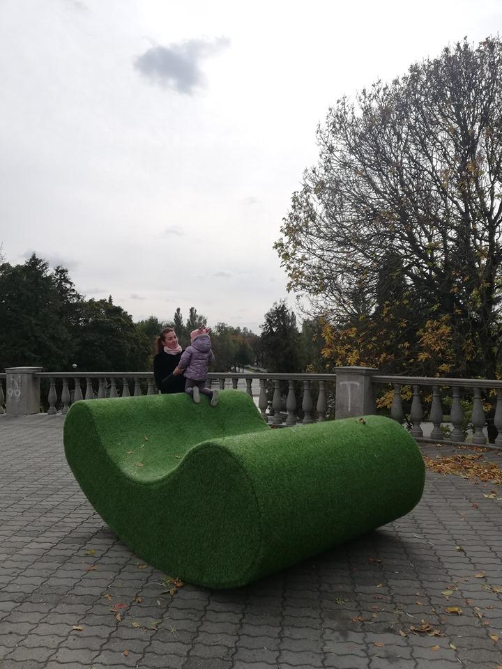 У луцькому парку встановили трав'яні лавки. ФОТО