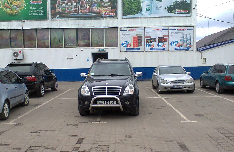 У Луцьку «автохам» припаркувався на двох місцях для паркування
