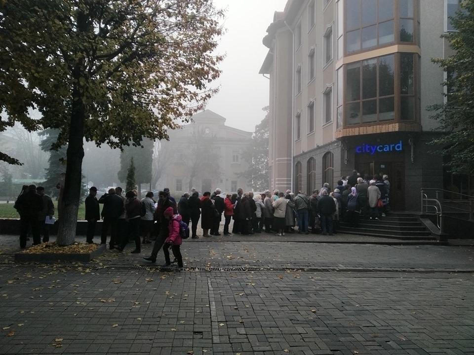 У Луцьку великі черги за електронними квитками. ФОТО