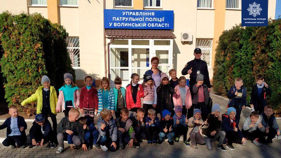 Луцькі школярі завітали на екскурсію до управління патрульної поліції. ФОТО