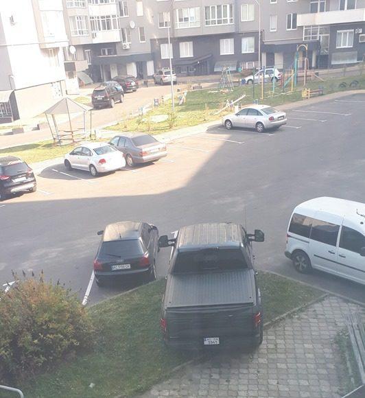 У Луцьку «автохам» припаркувався на зелених насадженнях. ФОТО