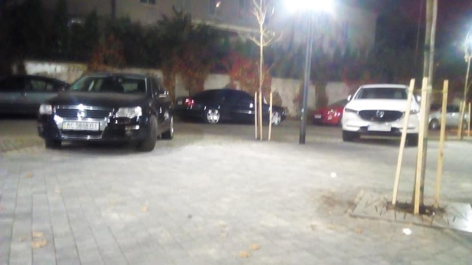 Новий сквер в центрі Луцька «автохами» перетворили на парковку. ФОТО
