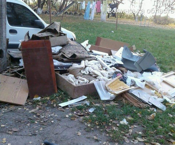 У Луцьку люди перетворили газон на смітник