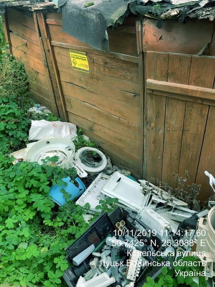 У Луцьку демонтували занедбану господарську споруду