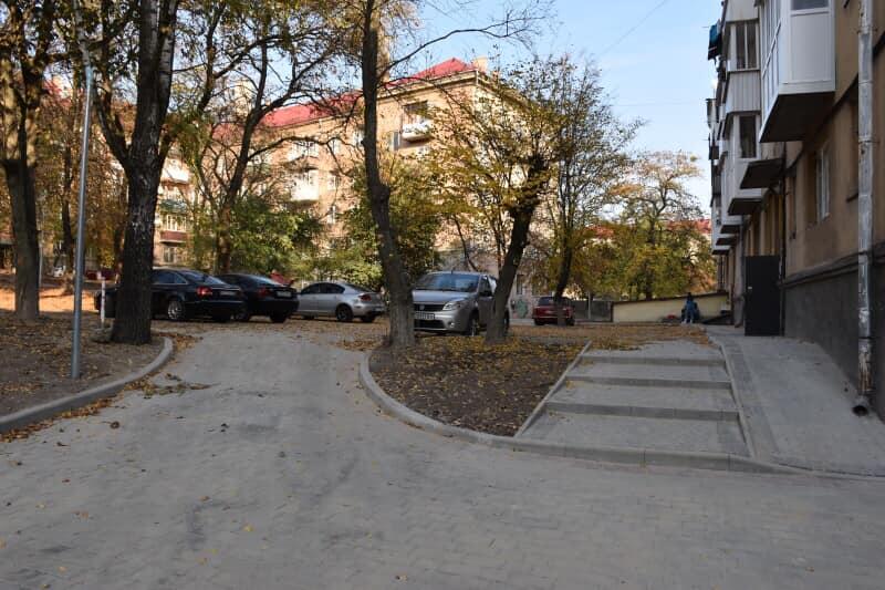 У Луцьку продовжують ремонтувати прибудинкові території. ФОТО