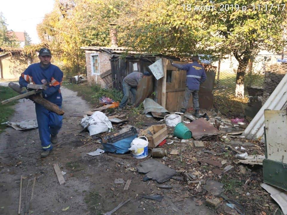 У Луцьку муніципали розчистили прибудинкову територію. ФОТО