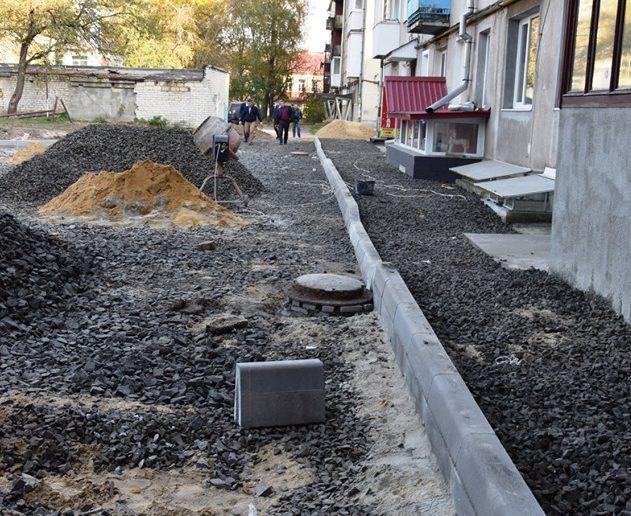 У Луцьку розпочали ремонт прибудинкової території на одній з вулиць. ФОТО