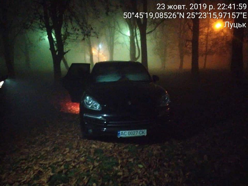 У Луцьку виявили двох «автохамів», які припаркувалися на зелених насадженнях. ФОТО