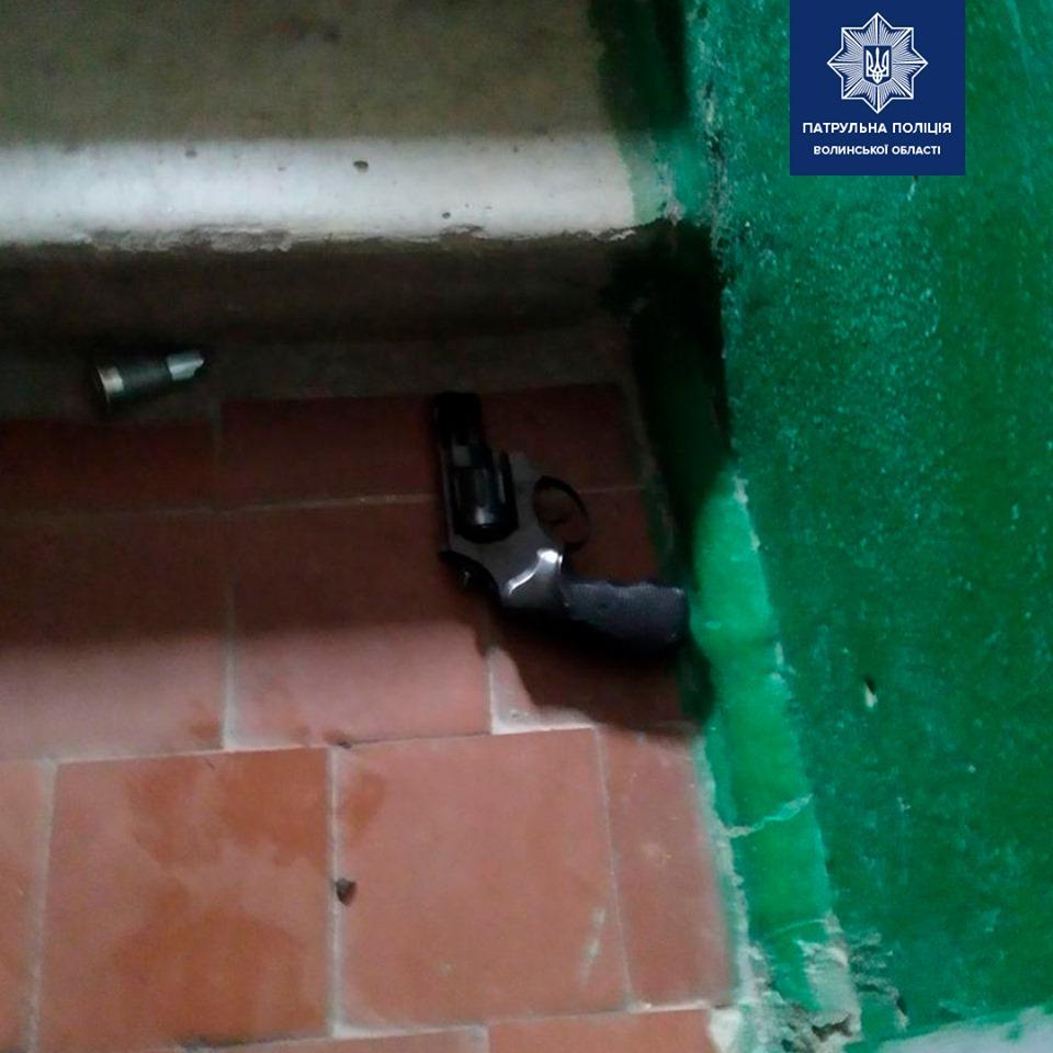 У Луцьку чоловік стріляв у двері сусідки та погрожував вбивством