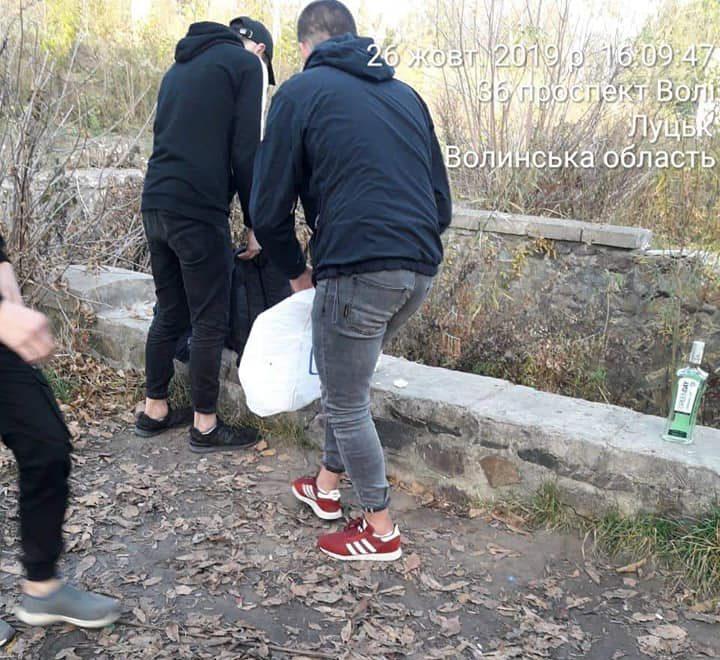 У центральному парку Луцька неповнолітні посеред білого дня розпивали алкоголь