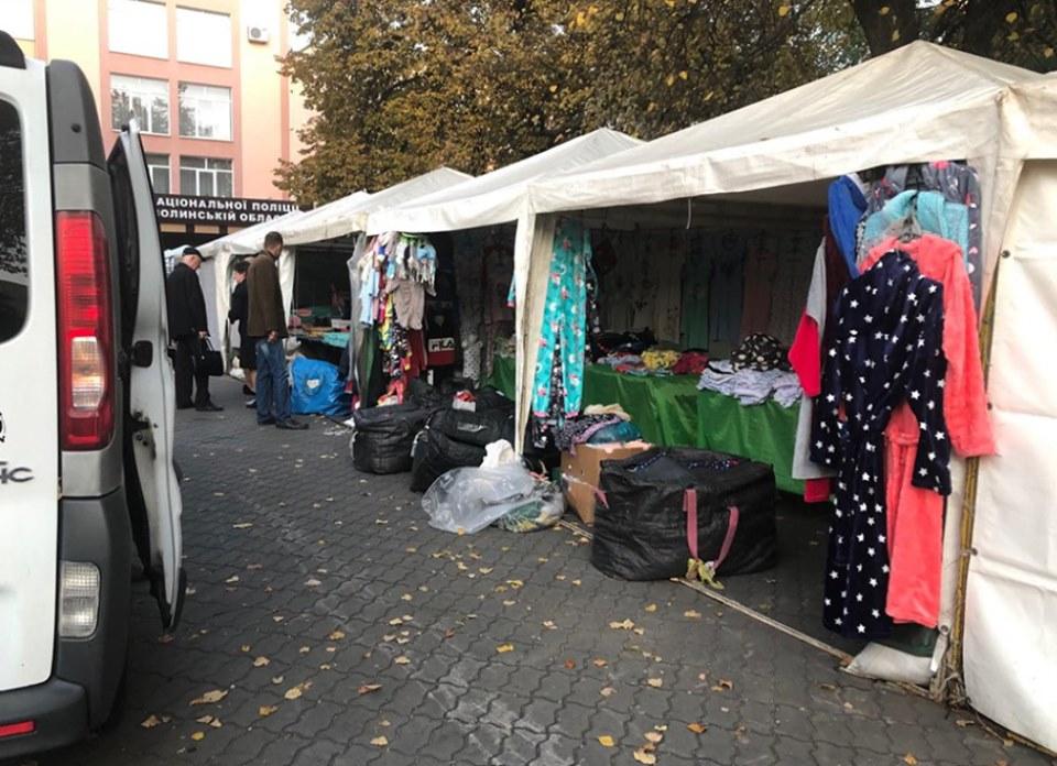 У Луцьку біля готелю Україна та поліції влаштували ринок. ФОТО
