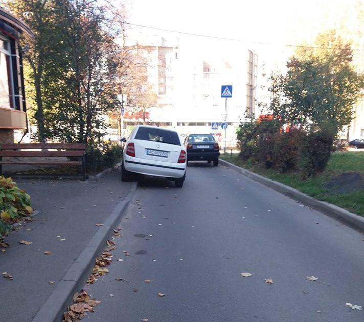 У Луцьку «автохам» припаркувався на тротуарі