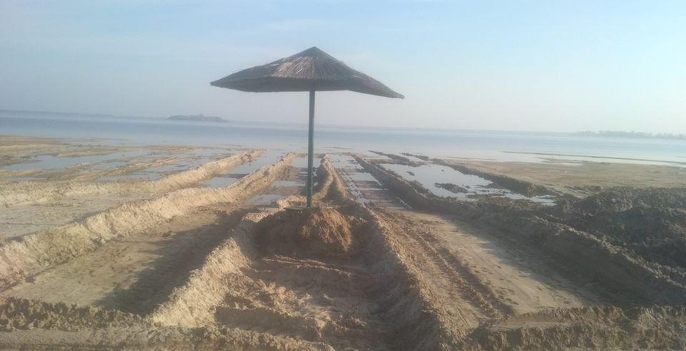 Невідомі копали пісок на пляжі озера Світязь. ФОТО