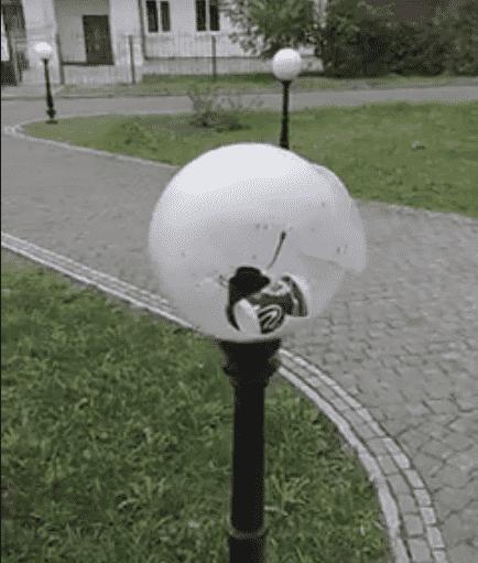 У Луцьку вандали побили ліхтарі. ВІДЕО