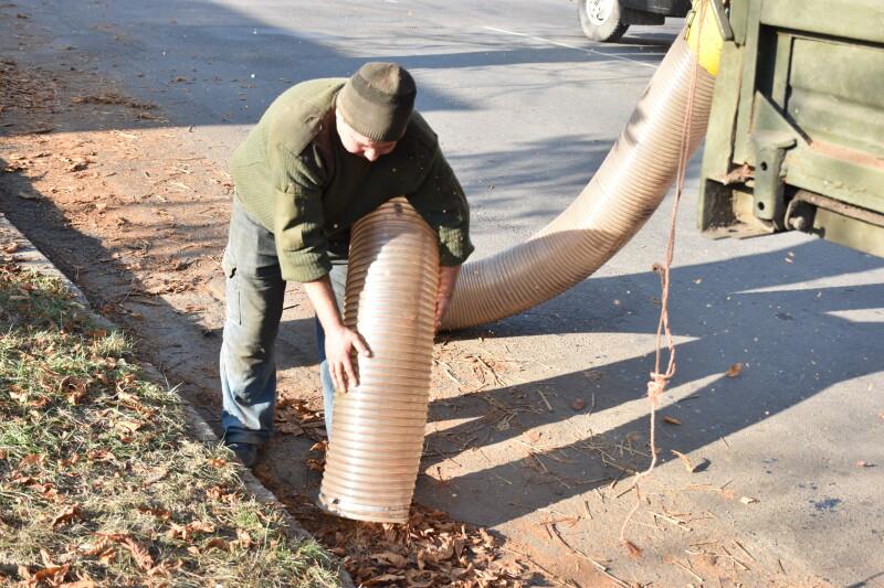 У Луцьку придбали пристрій для прибирання опалого листя