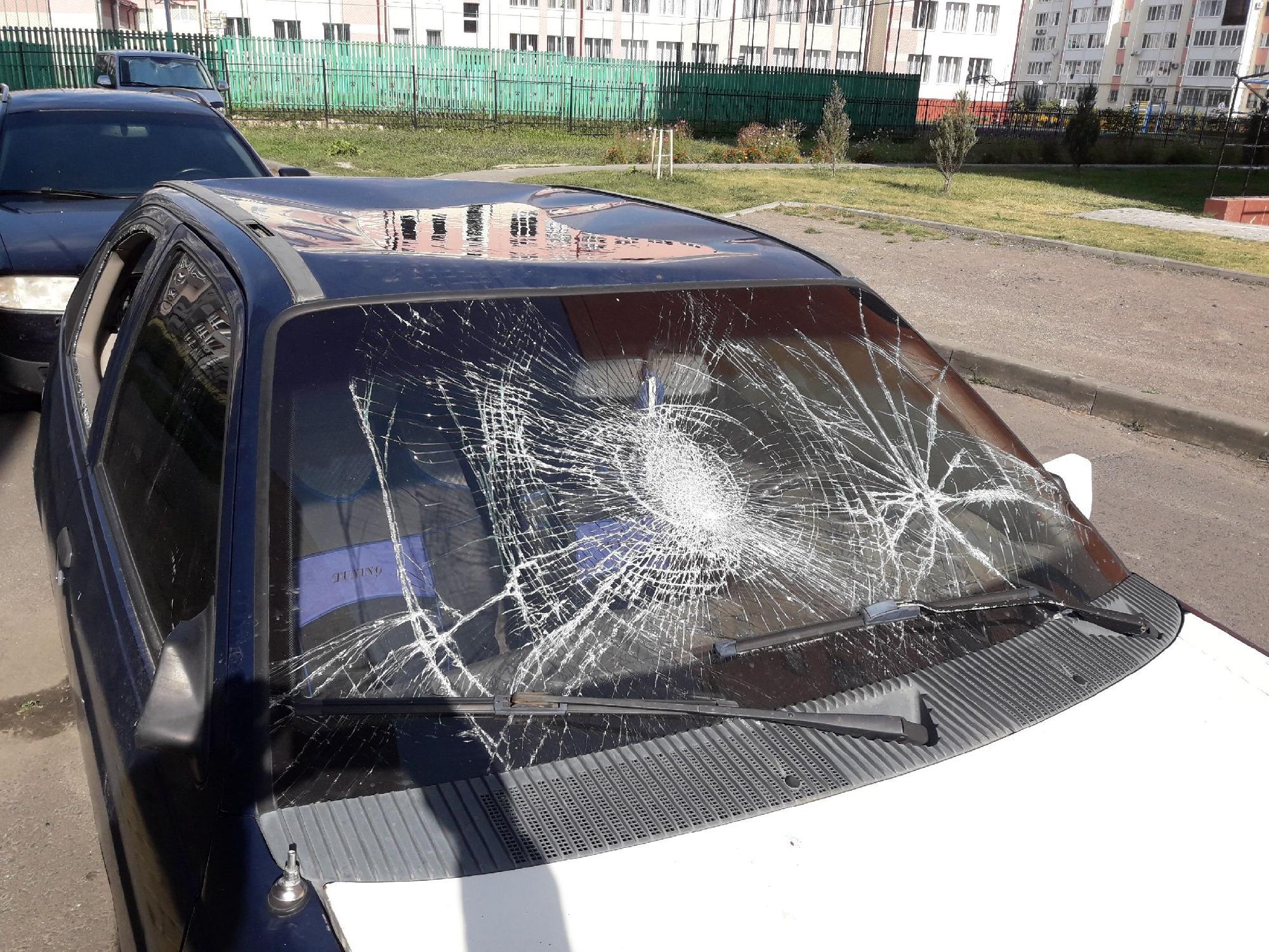 У Луцьку просять прибрати автомобіль, який давно стоїть на проїжджій частині