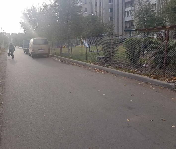 У Луцьку скаржаться на відсутність тротуару біля дитячого садочку