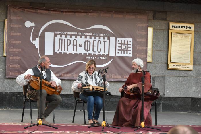 Лірники та кобзарі привітали лучан напередодні великих свят в рамках Міжнародного етнічного фестивалю
