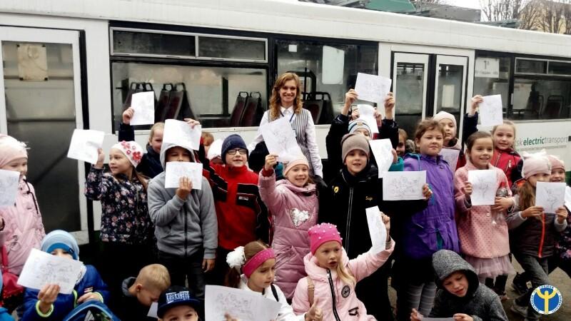 У Луцьку на тролейбусі провели економічну ескурсію для дітей. ФОТО