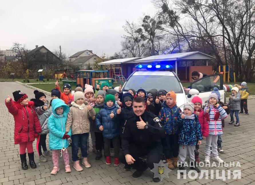 Поліцейські навчали луцьких дошкільнят безпеки дорожнього руху