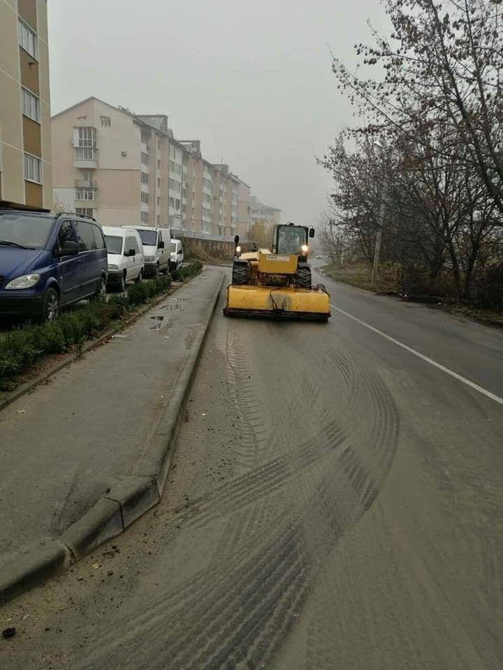 У Луцьку водій підприємства забруднив дорогу