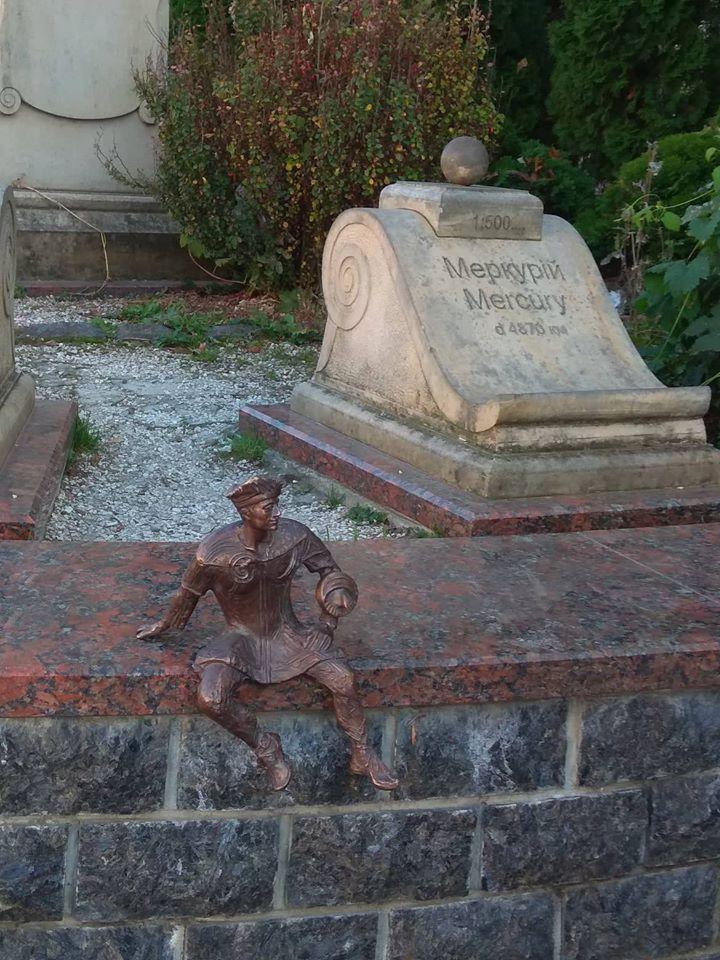 У Луцьку вандали вирвали скульптуру кликуна