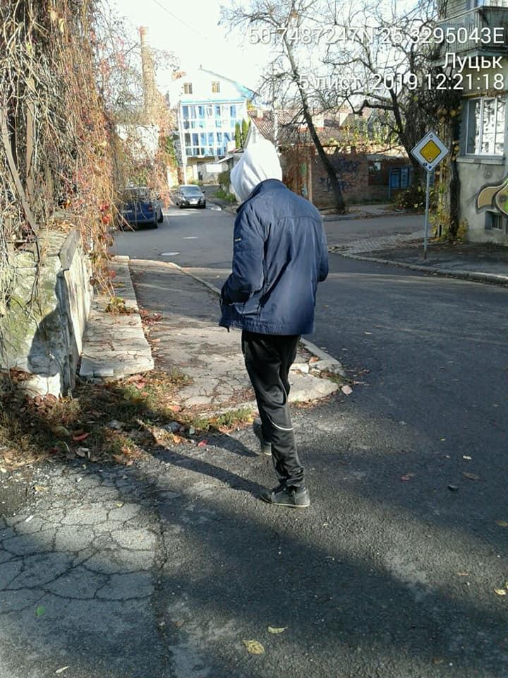 У Луцьку чоловік намагався сховати наркотики у смітті