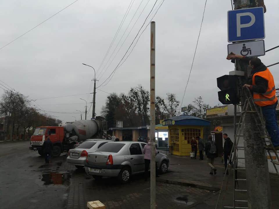 У Луцьку муніципали навели лад із парковкою для людей із інвалідністю біля ринку