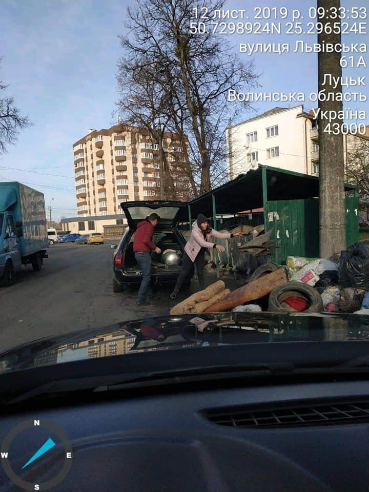У Луцьку муніципали піймали чоловіка, який підкидав будівельне сміття у контейнери