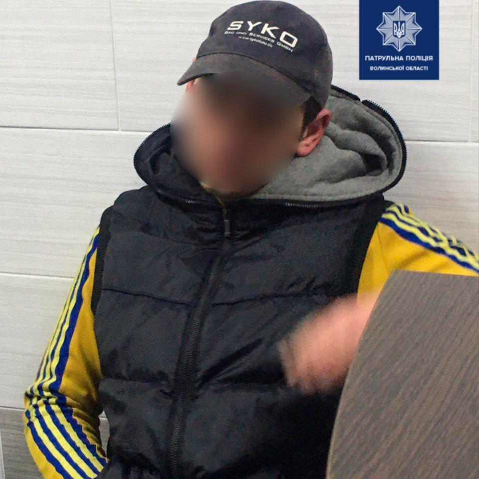На Волині молодики побили чоловіка та забрали мобільний телефон
