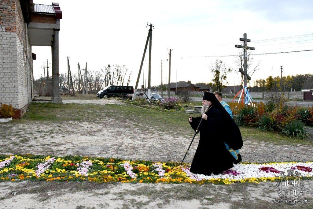 Квіткові доріжки і діти з трояндами — під Луцьком освятили храм УПЦ МП