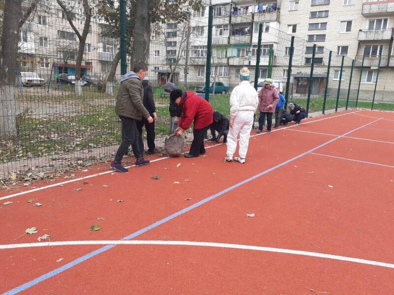 «Чиста Україна — чиста Земля!»: у Луцьку організували масштабне прибирання мікрорайонів. ФОТО