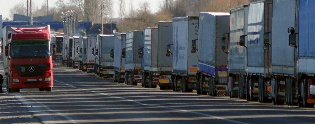 Під «Ягодином» утворилася кілометрова черга з вантажівок