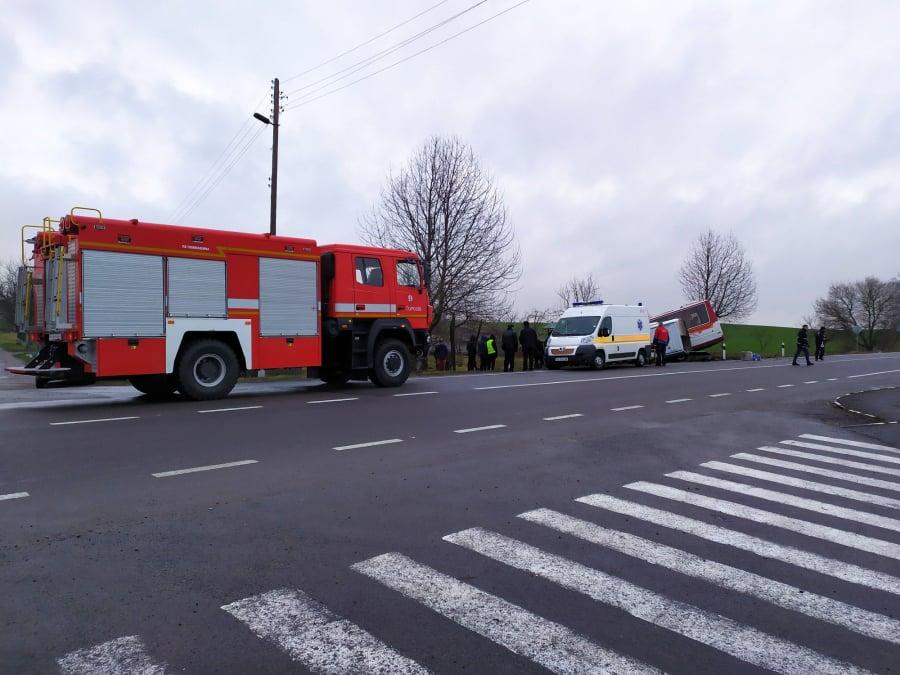 На Волині рятувальники звільнили з автомобіля двох осіб, які потрапи у ДТП. ФОТО