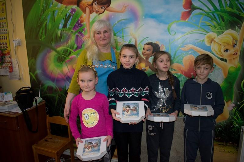 На Волині для дітей з обмеженими можливостями провели майстер-клас з розпису імбирного печива. ФОТО