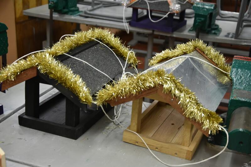 Благодійники з Європи передали луцькій школі різдвяні будиночки для птахів