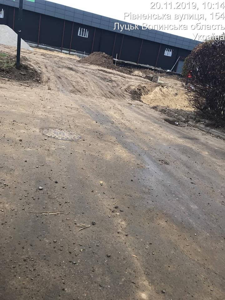 У Луцьку автомобіль забруднив проїзну частину
