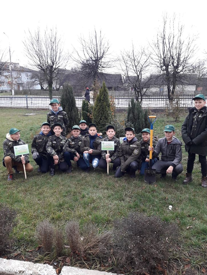 Біля волинського ліцею школярі створили дендросквер