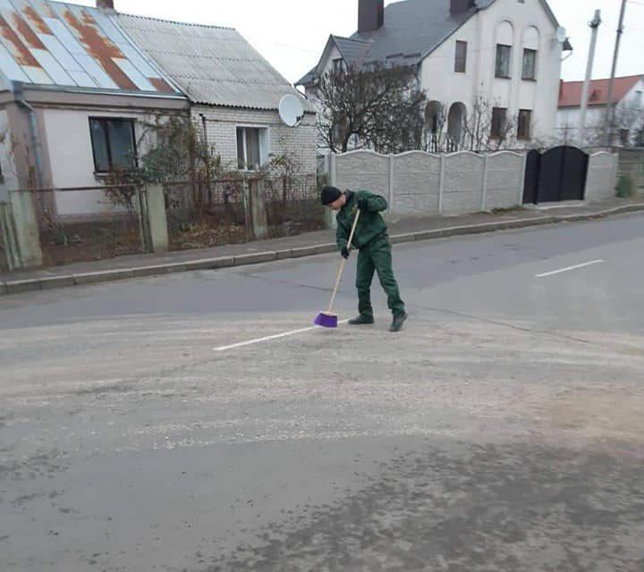 У Луцьку муніципали змусили водія прибрати дорогу, яку він забруднив